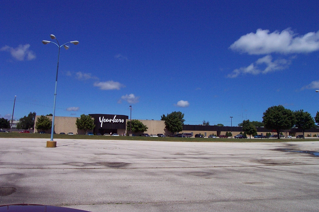 Edgelake Plaza (2001) in Manitowoc, WI