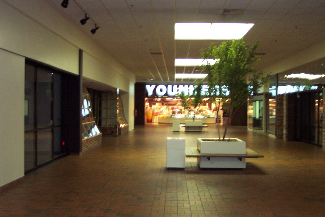 WI Edgelake Plaza Younkers in Manitowoc